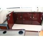 左舷ソファー後ろの扉は電源と収納