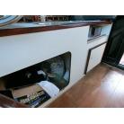 ギャレーの下が扉付き収納スペース
